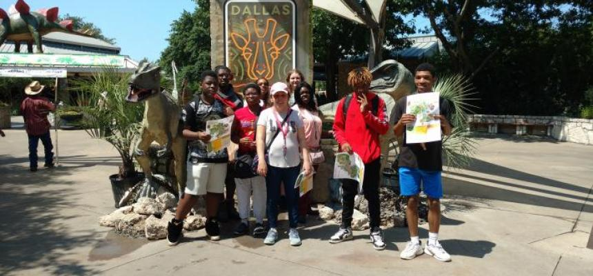 REACH of Dallas 2019 summer camp participants & volunteers at the Dallas Zoo.